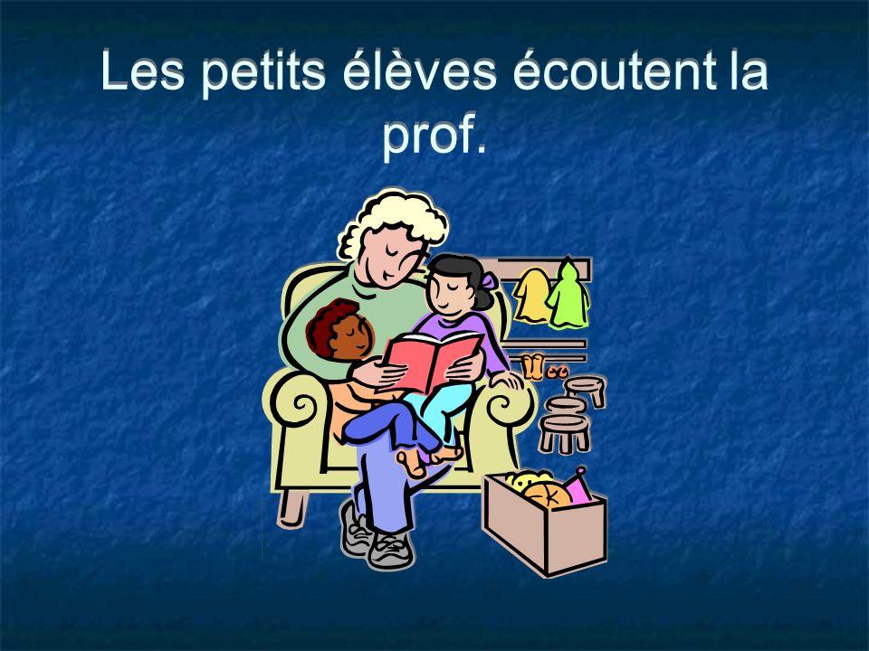 Les petits élèves écoutent la prof.