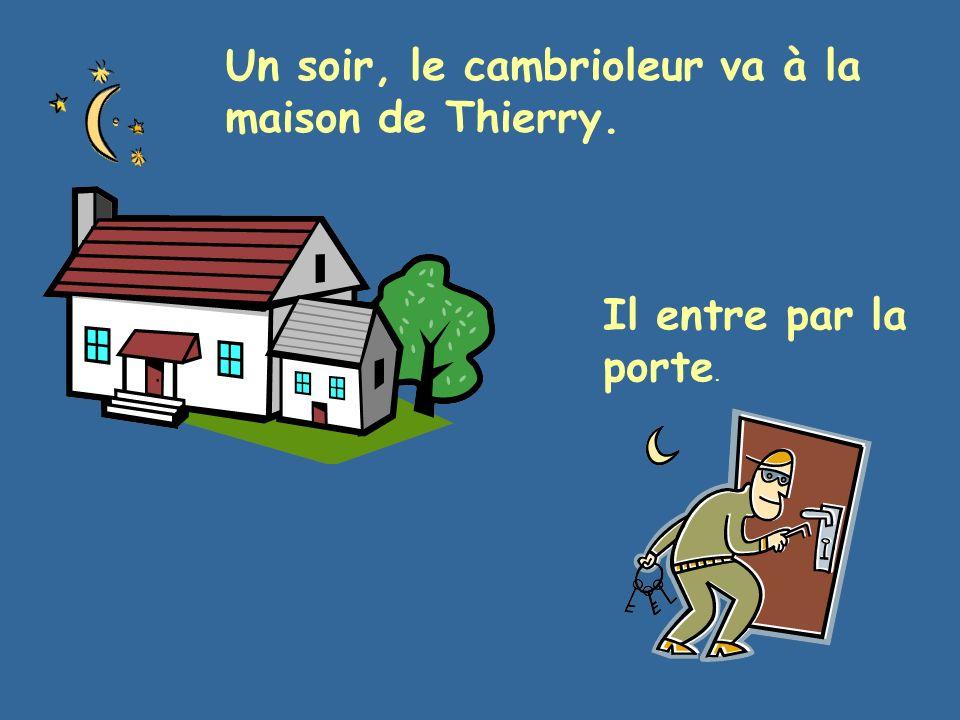 Un soir, le cambrioleur va à la maison de Thierry. Il entre par la porte.