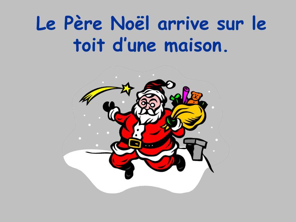 Le Père Noël arrive sur le toit dune maison.