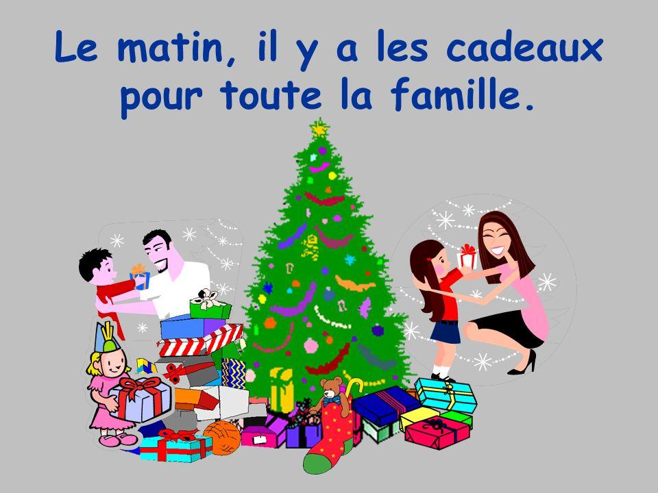 Le matin, il y a les cadeaux pour toute la famille.