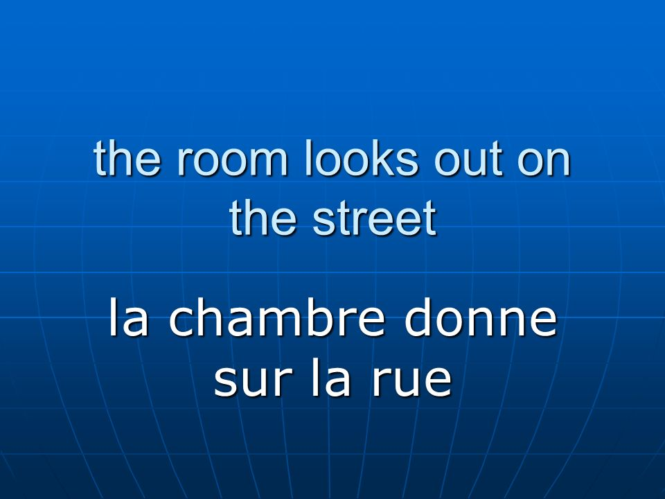 the room looks out on the street la chambre donne sur la rue