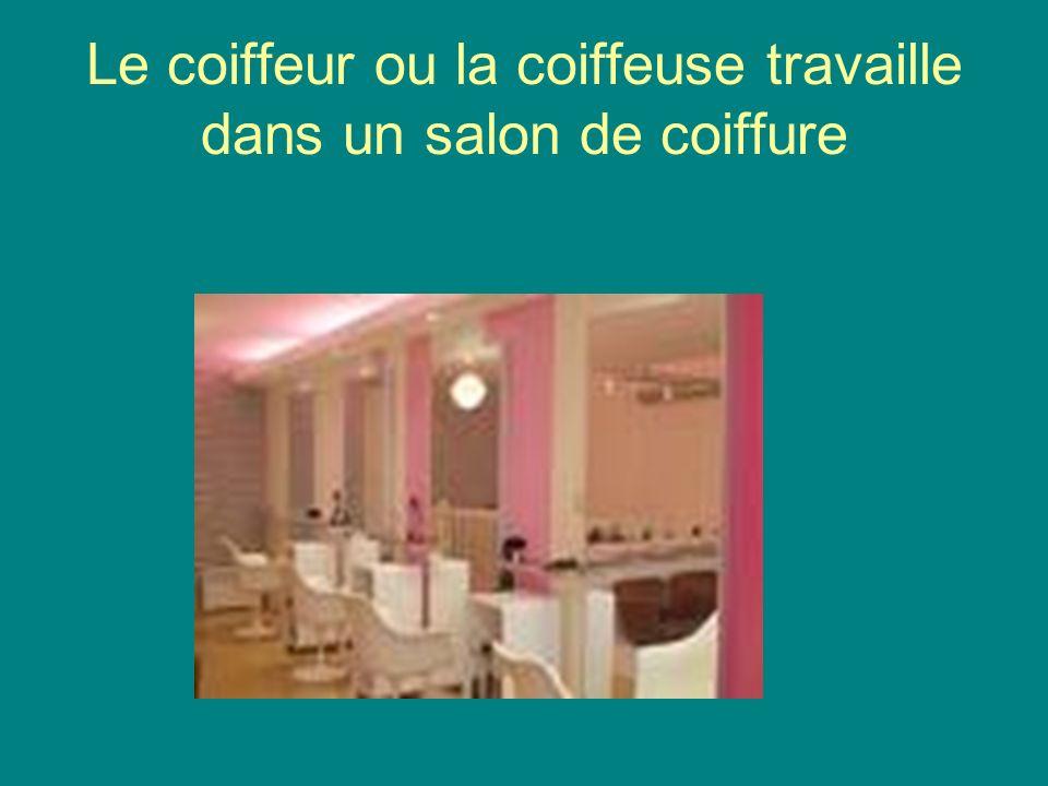 Le coiffeur ou la coiffeuse travaille dans un salon de coiffure