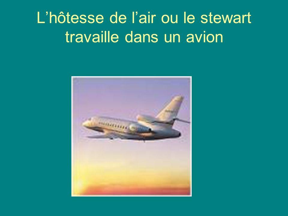 Lhôtesse de lair ou le stewart travaille dans un avion