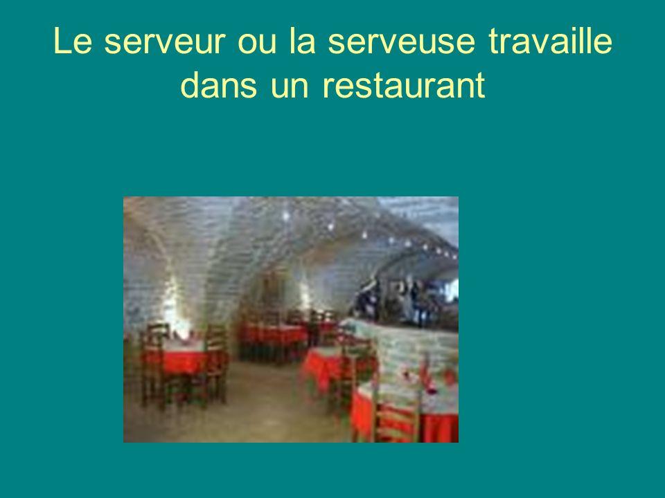 Le serveur ou la serveuse travaille dans un restaurant