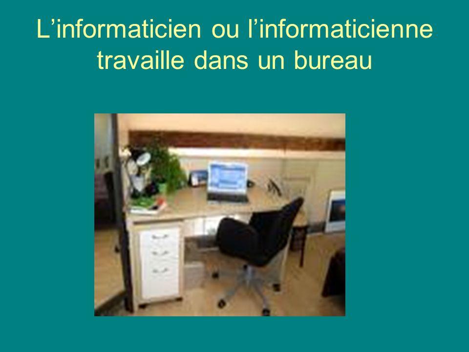 Linformaticien ou linformaticienne travaille dans un bureau