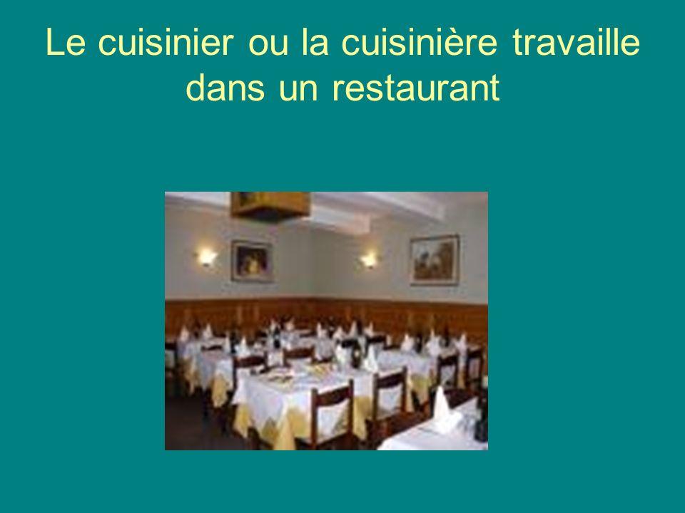 Le cuisinier ou la cuisinière travaille dans un restaurant