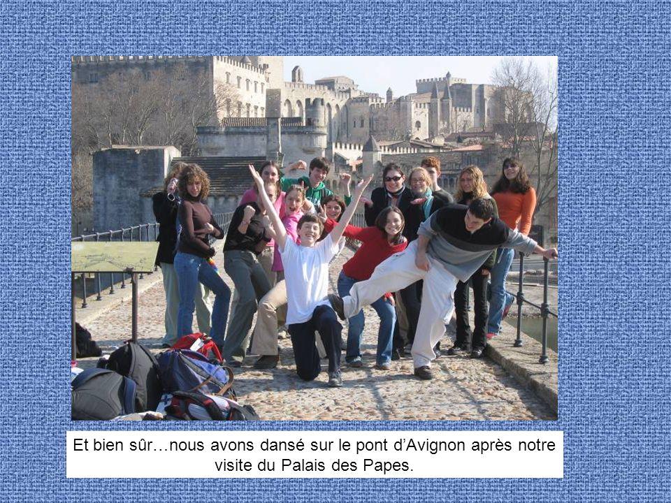 Et bien sûr…nous avons dansé sur le pont dAvignon après notre visite du Palais des Papes.