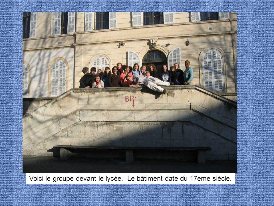 Voici le groupe devant le lycée. Le bâtiment date du 17eme siècle.