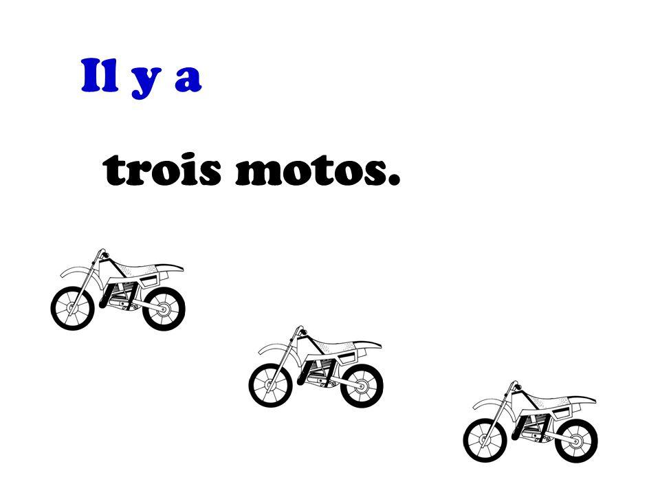 Il y a trois motos.