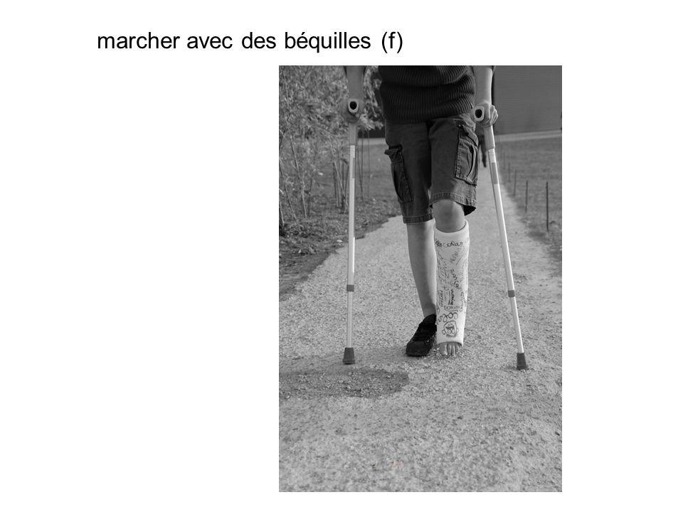 marcher avec des béquilles (f)