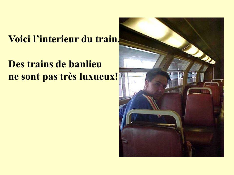 Voici linterieur du train. Des trains de banlieu ne sont pas très luxueux!