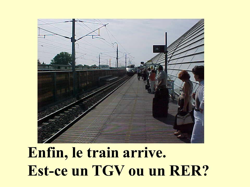 Enfin, le train arrive. Est-ce un TGV ou un RER