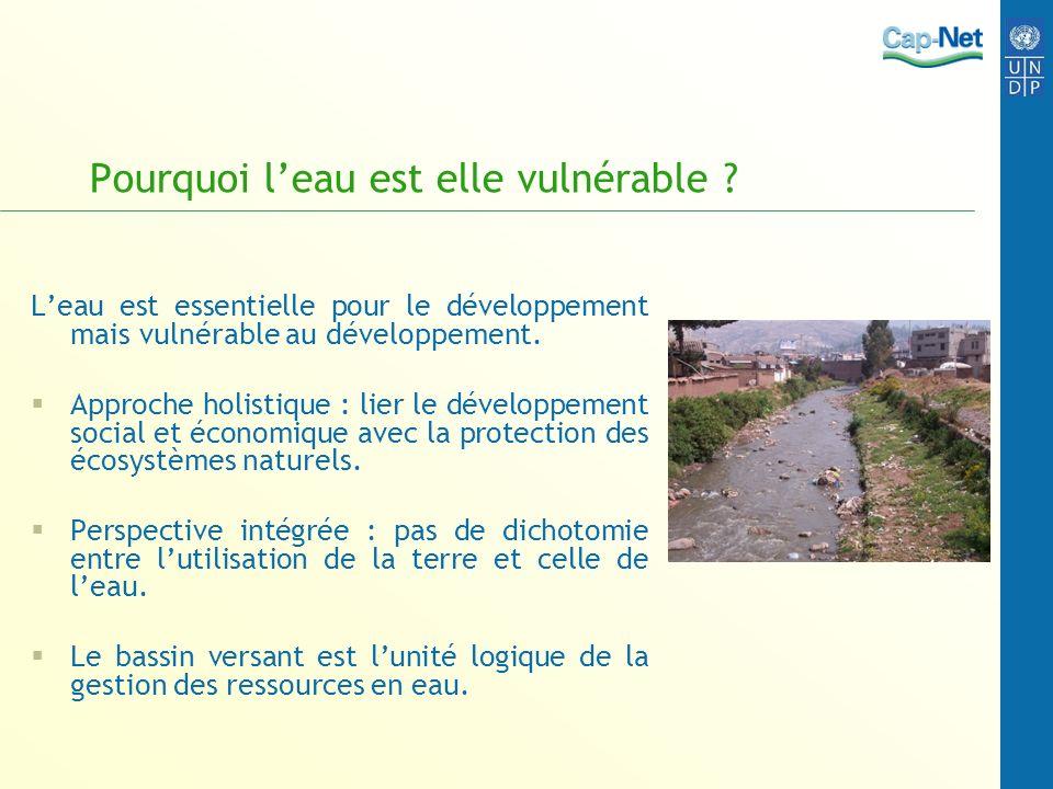 Pourquoi leau est elle vulnérable ? Leau est essentielle pour le développement mais vulnérable au développement. Approche holistique : lier le dévelop