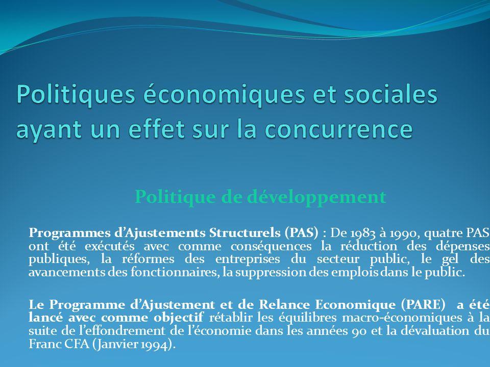 Politique de développement Programmes dAjustements Structurels (PAS) : De 1983 à 1990, quatre PAS ont été exécutés avec comme conséquences la réduction des dépenses publiques, la réformes des entreprises du secteur public, le gel des avancements des fonctionnaires, la suppression des emplois dans le public.