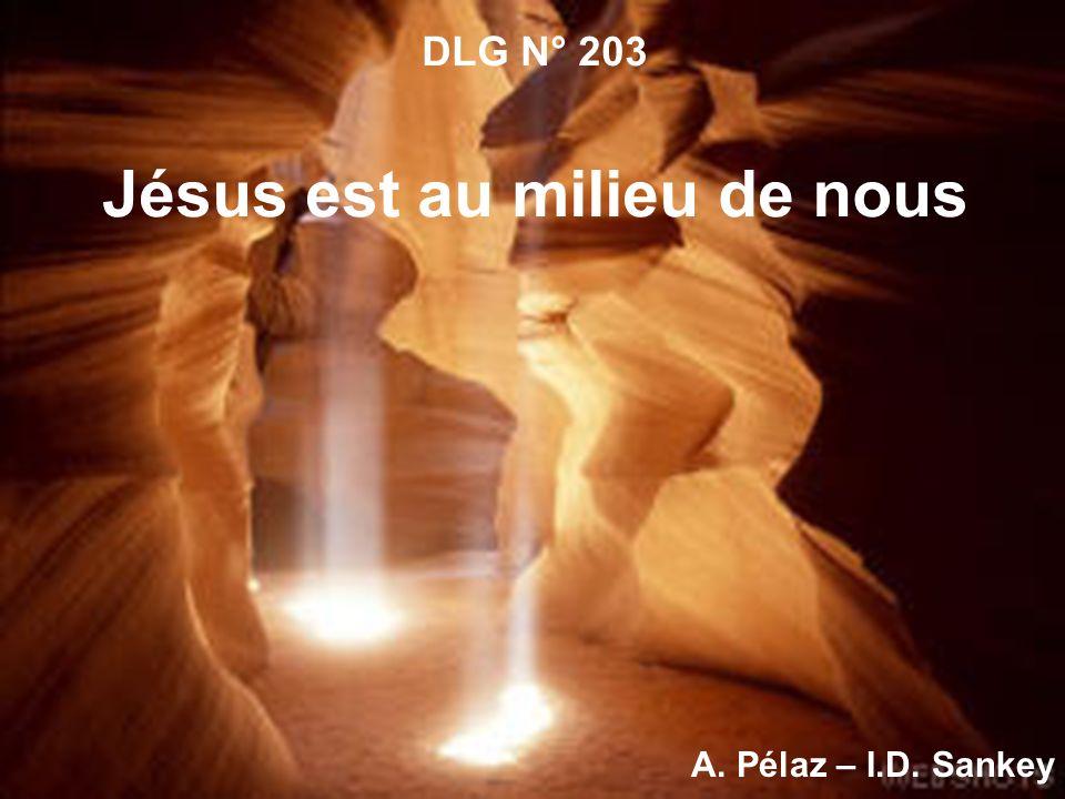 1.Jésus est au milieu de nous, Son regard s abaisse sur nous, Sa douce voix, l entendez-vous.