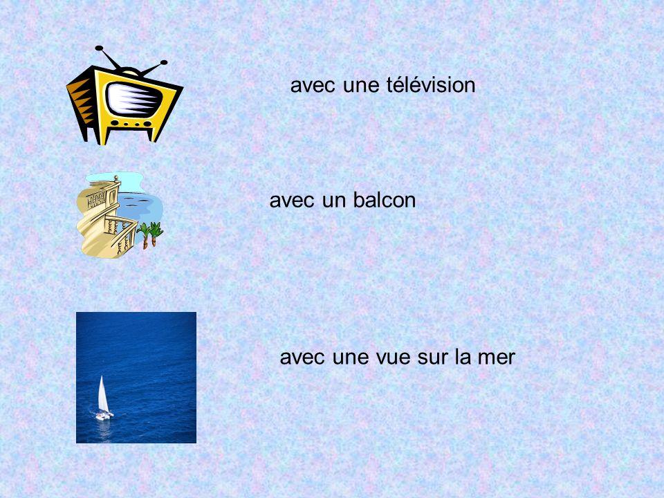 avec une télévision avec un balcon avec une vue sur la mer