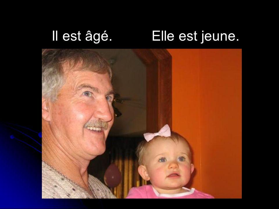 Il est âgé.Elle est jeune.