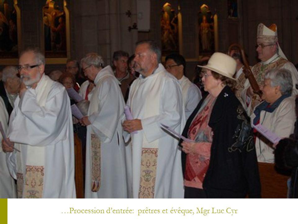 …Procession dentrée: prêtres et évêque, Mgr Luc Cyr