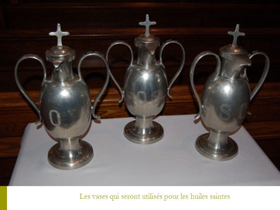 Mgr Luc Cyr et les deux diacres doffice, MM. Jean-Pierre Beaulieu et Jocelyn Leduc