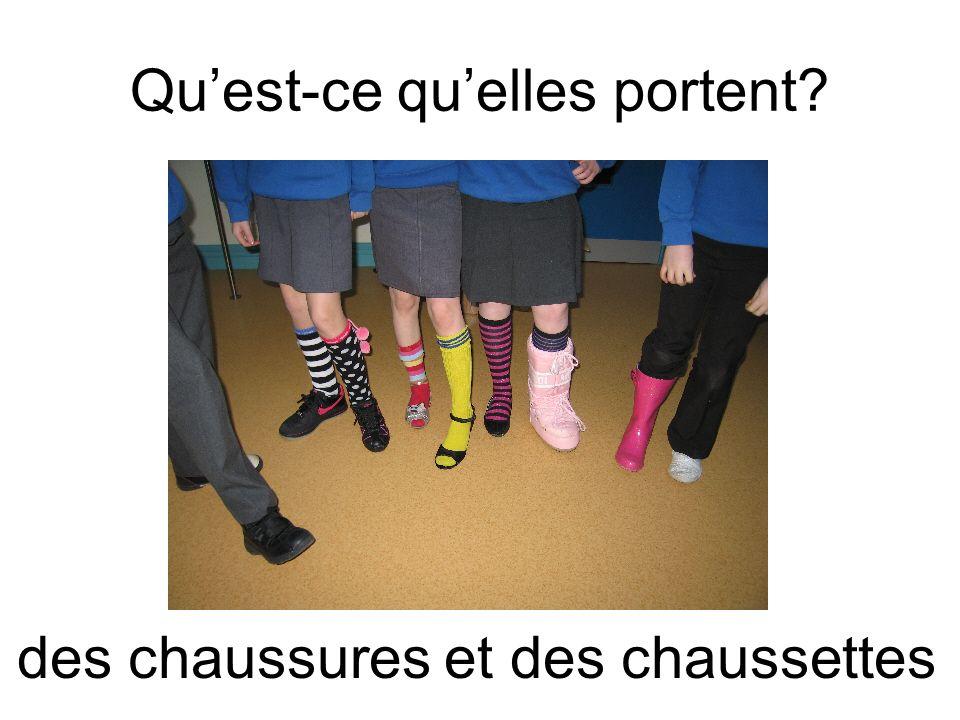 Quest-ce quelles portent? des chaussures et des chaussettes