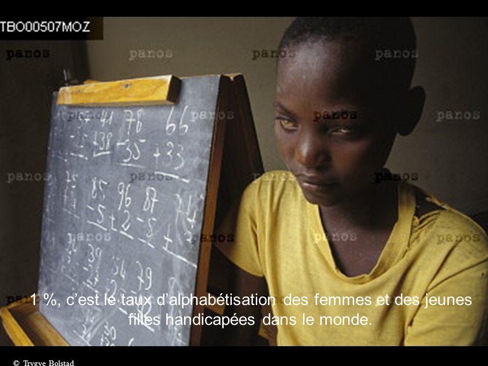 Plus de 100 millions de jeunes filles et de femmes en Afrique sont devenues handicapées à la suite dune mutilation génitale. © Pep Bonet
