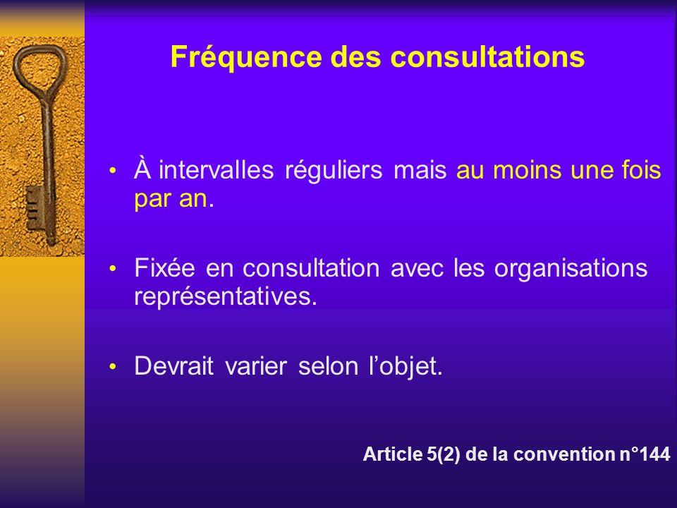 Fréquence des consultations À intervalles réguliers mais au moins une fois par an. Fixée en consultation avec les organisations représentatives. Devra