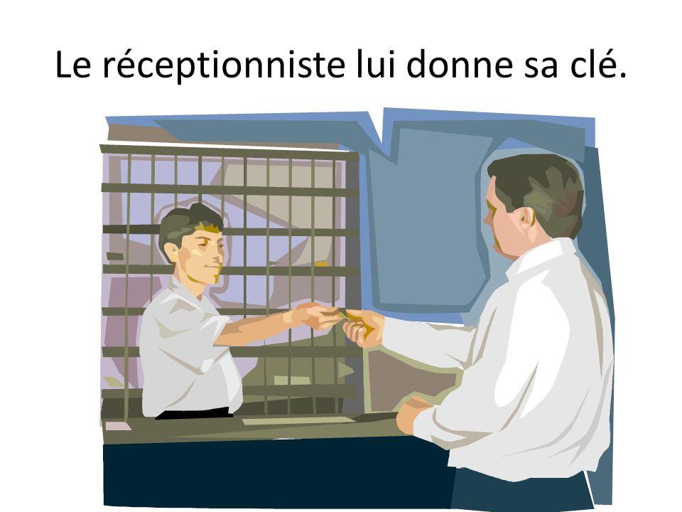 Le réceptionniste lui donne sa clé.