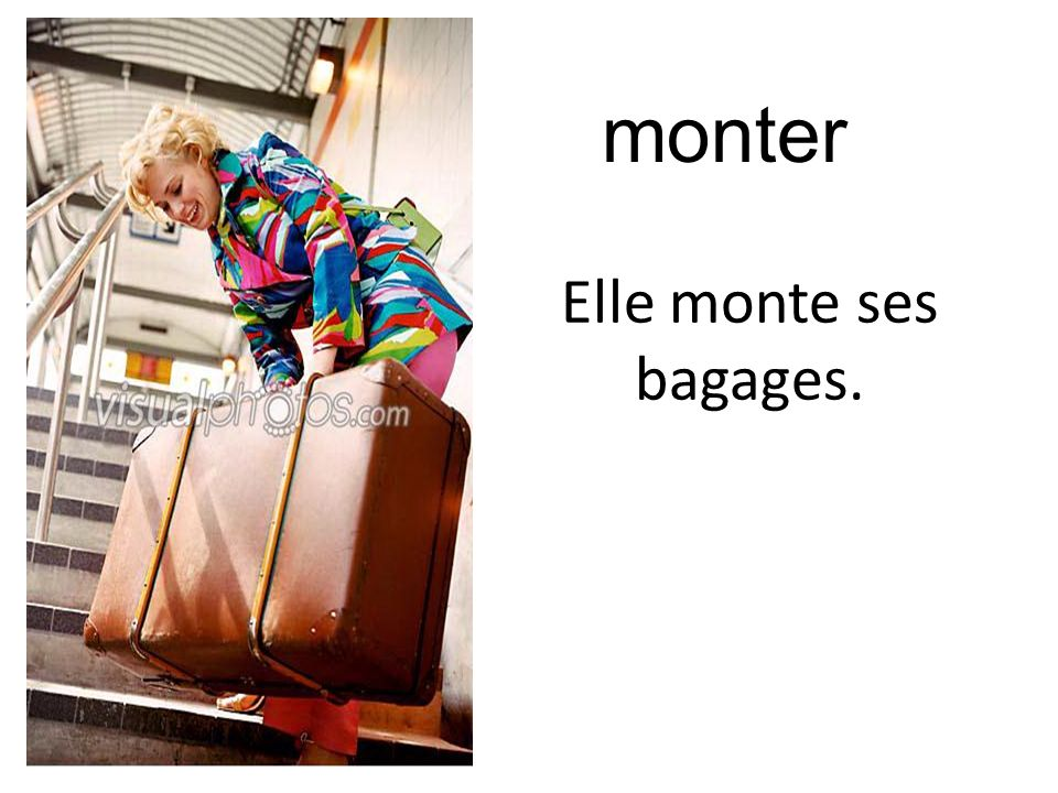 Elle monte ses bagages. monter