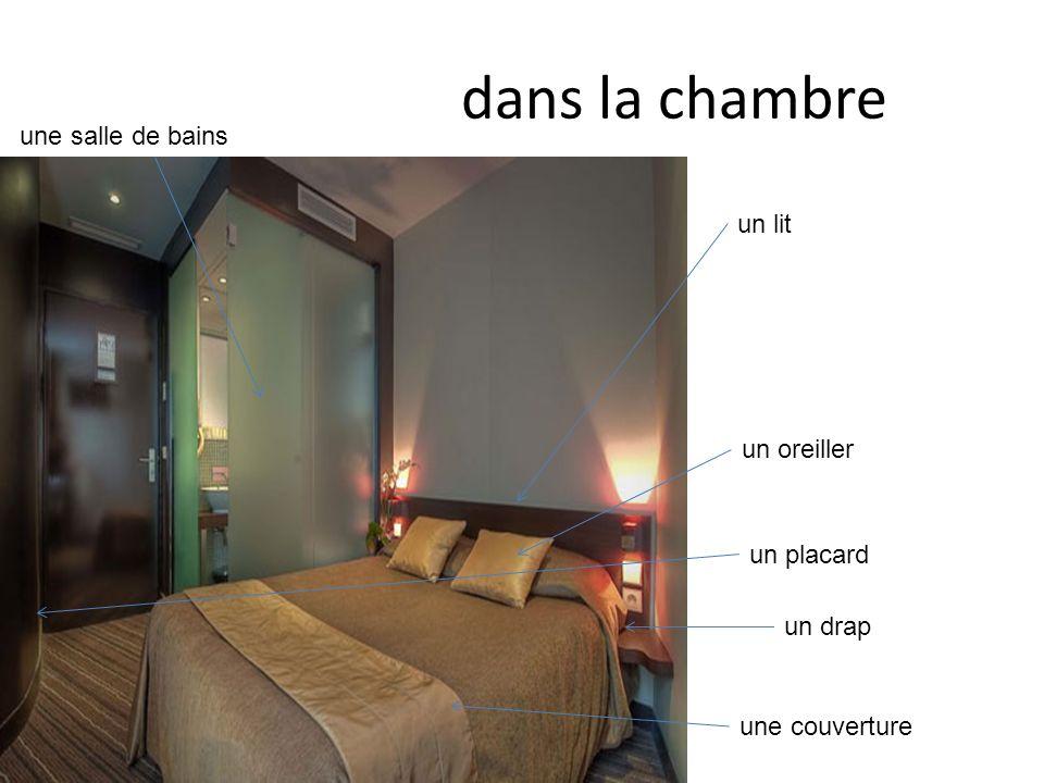dans la chambre un lit une salle de bains une couverture un drap un oreiller un placard