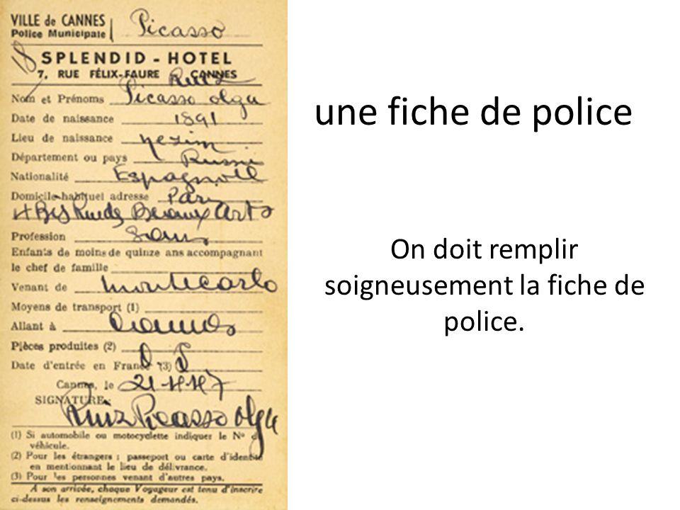 une fiche de police On doit remplir soigneusement la fiche de police.
