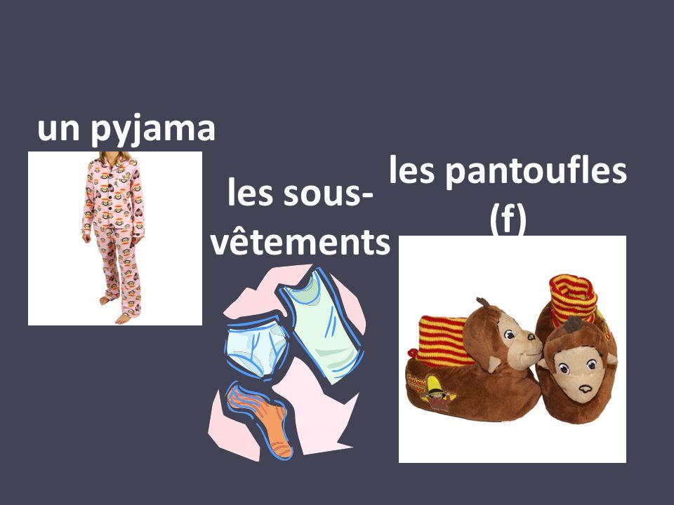 un pyjama les pantoufles (f) les sous- vêtements