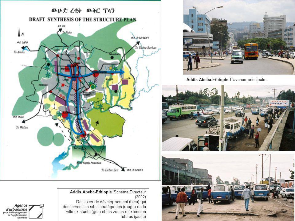 Addis Abeba-Ethiopie Schéma Directeur (2002) Des axes de développement (bleu) qui desservent les sites stratégiques (rouge) de la ville existante (gri