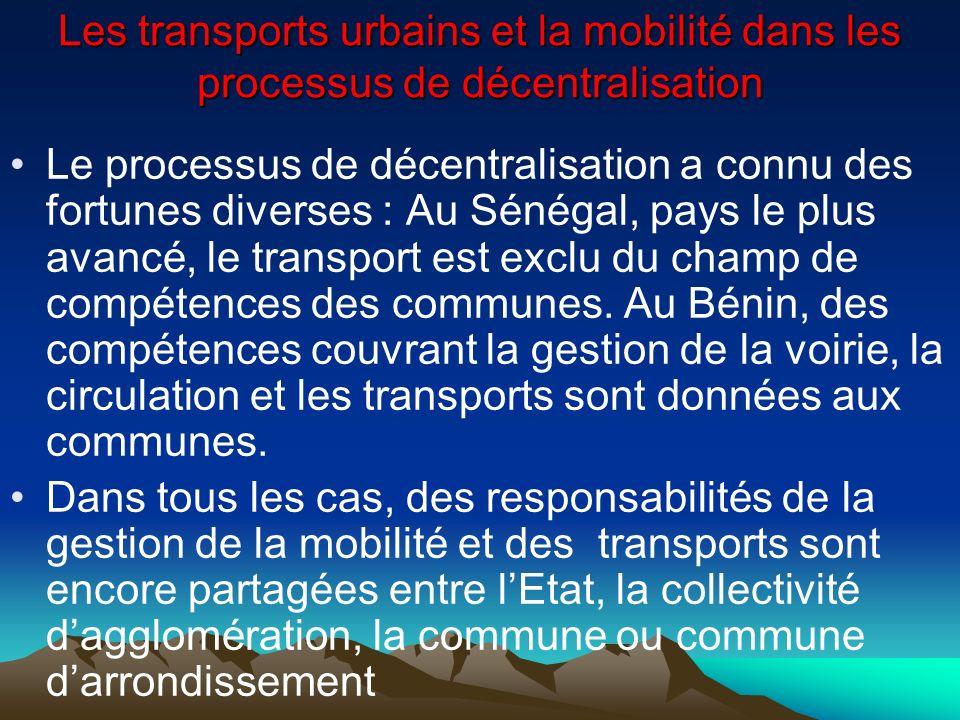 Les transports urbains et la mobilité dans les processus de décentralisation Les services de lEtat assurent les tâches de planification et de police; les communes, celles des aménagements, de signalisation, de régulation et léclairage des voies publiques Les collectivités locales sont moins impliquées dans les transports collectifs sauf pour la perception les taxes