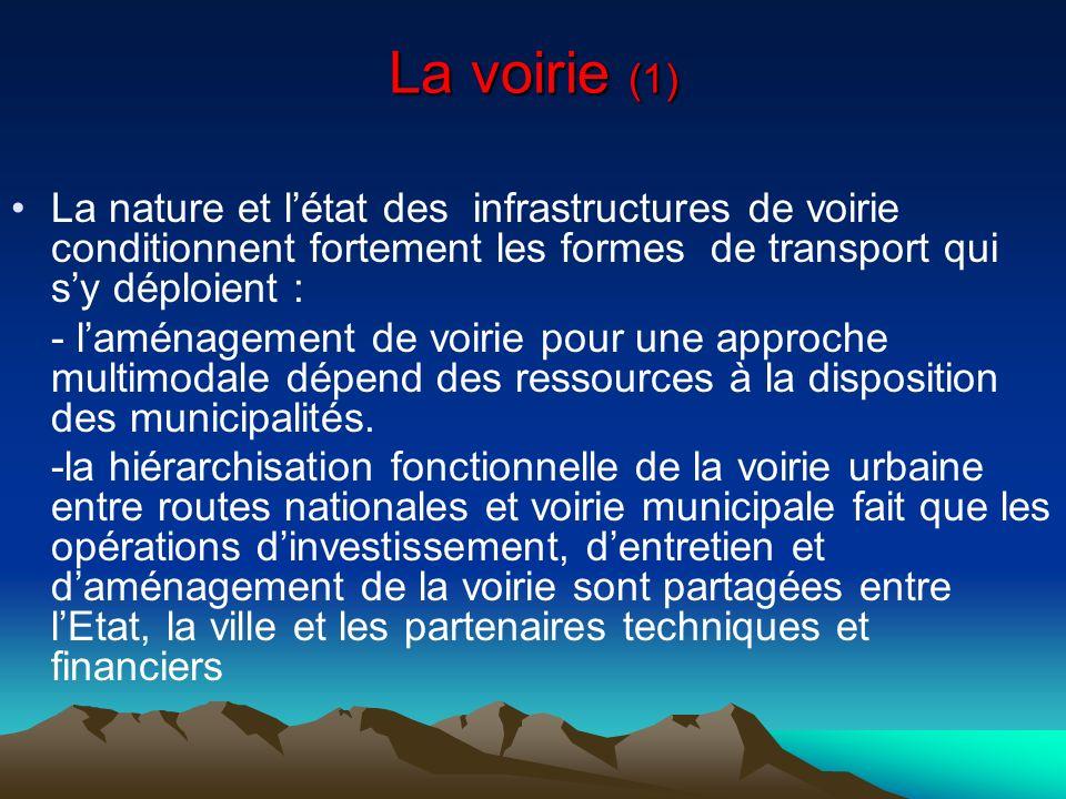 La voirie (1) La nature et létat des infrastructures de voirie conditionnent fortement les formes de transport qui sy déploient : - laménagement de vo