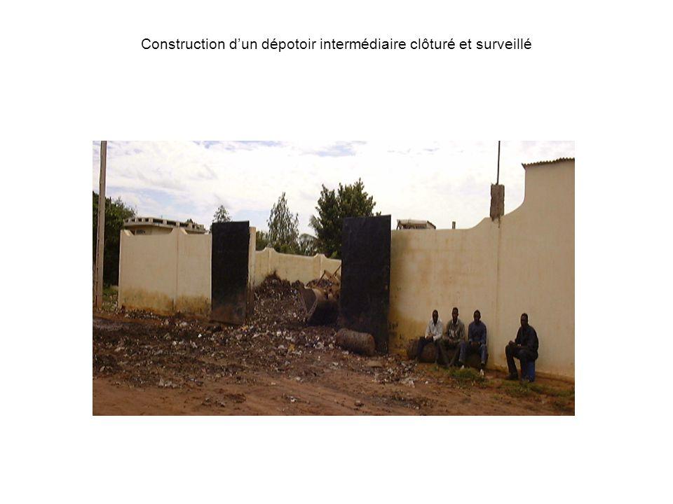 Construction dun dépotoir intermédiaire clôturé et surveillé