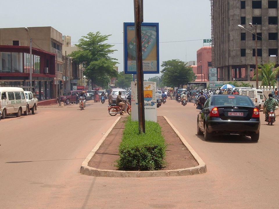 Au-delà des moyens individuels de transport, il y a des transports en commun comme : Les taxis : environ 2000 véhicules circulent dans la ville de Ouagadougou mais leur état pose problème.