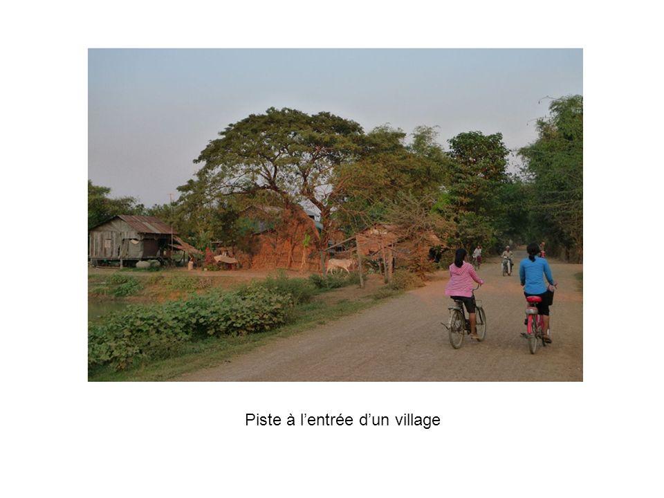 Piste à lentrée dun village