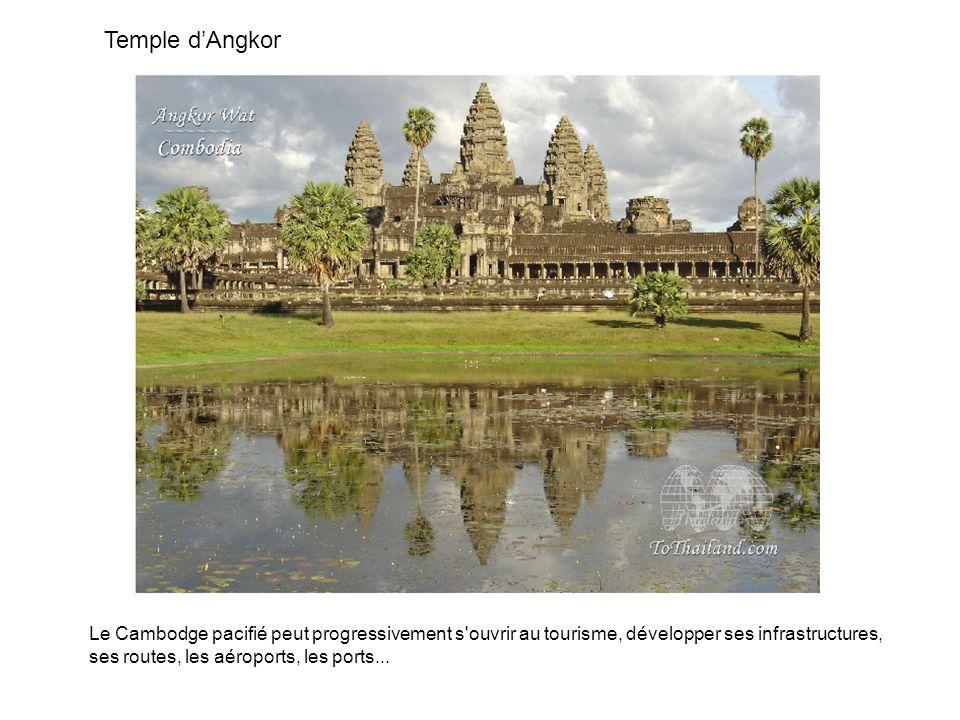Temple dAngkor Le Cambodge pacifié peut progressivement s'ouvrir au tourisme, développer ses infrastructures, ses routes, les aéroports, les ports...