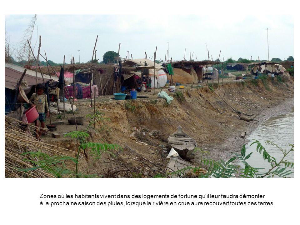 Zones où les habitants vivent dans des logements de fortune qu'il leur faudra démonter à la prochaine saison des pluies, lorsque la rivière en crue au
