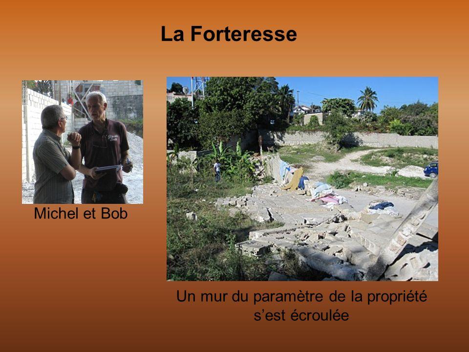Michel et Bob Un mur du paramètre de la propriété sest écroulée La Forteresse
