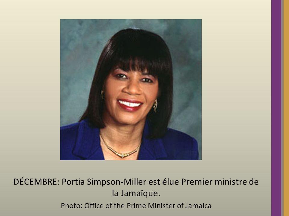 DÉCEMBRE: Portia Simpson-Miller est élue Premier ministre de la Jamaïque.