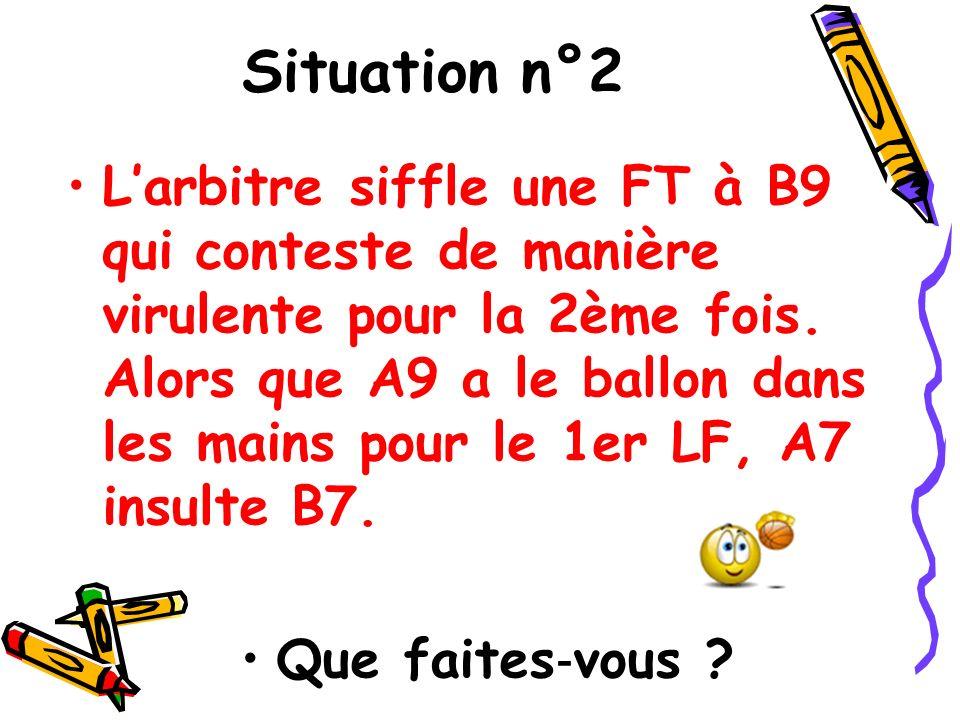 Situation n°2 Larbitre siffle une FT à B9 qui conteste de manière virulente pour la 2ème fois. Alors que A9 a le ballon dans les mains pour le 1er LF,