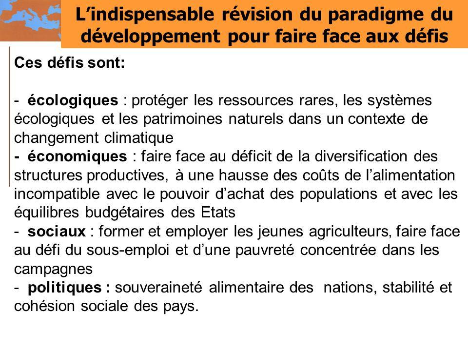 Lindispensable révision du paradigme du développement pour faire face aux défis Ces défis sont: - écologiques : protéger les ressources rares, les sys