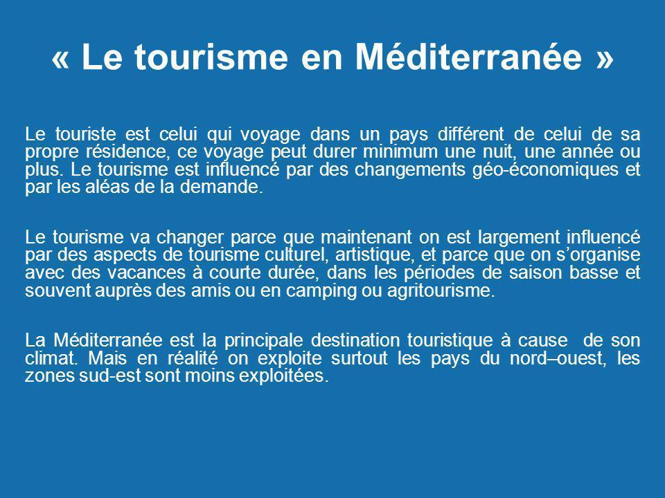 « Le tourisme en Méditerranée » Le touriste est celui qui voyage dans un pays différent de celui de sa propre résidence, ce voyage peut durer minimum