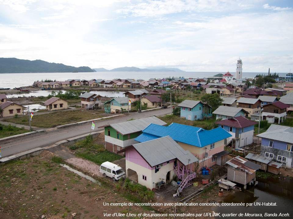 Un exemple de reconstruction avec planification concertée, coordonnée par UN-Habitat. Vue dUlee Lheu et des maisons reconstruites par UPLINK, quartier