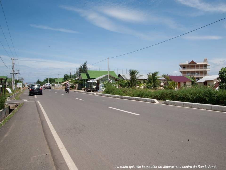 La route qui relie le quartier de Meuraxa au centre de Banda Aceh