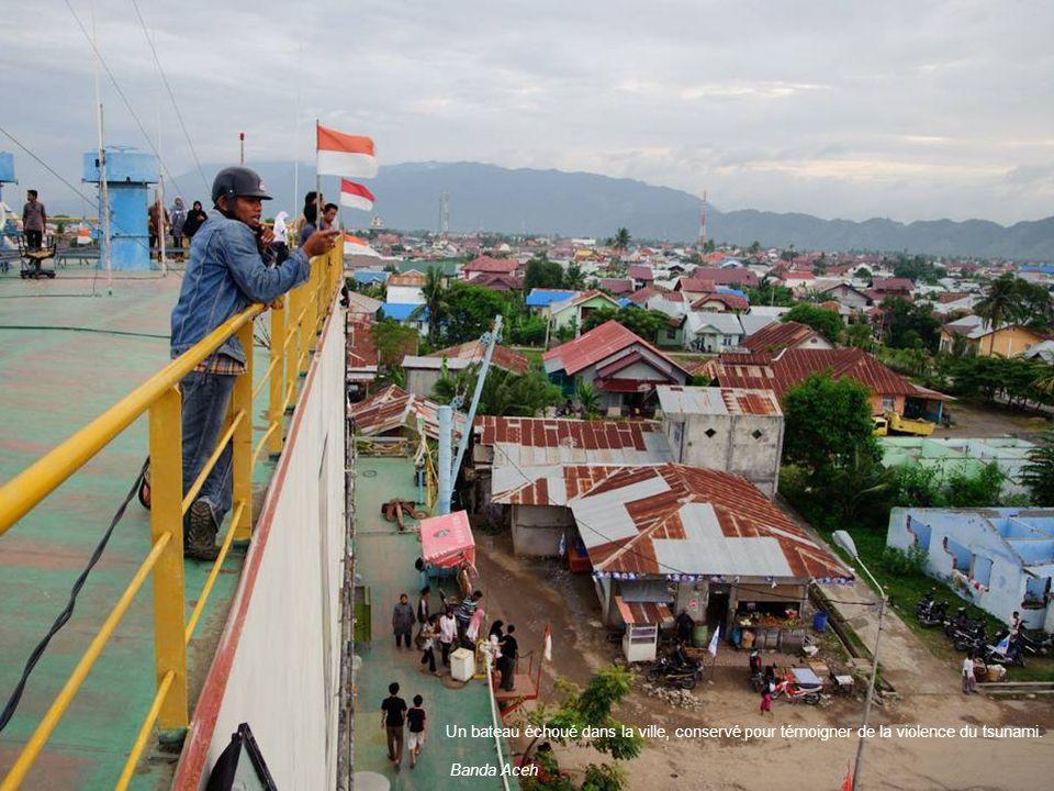 Un bateau échoué dans la ville, conservé pour témoigner de la violence du tsunami. Banda Aceh