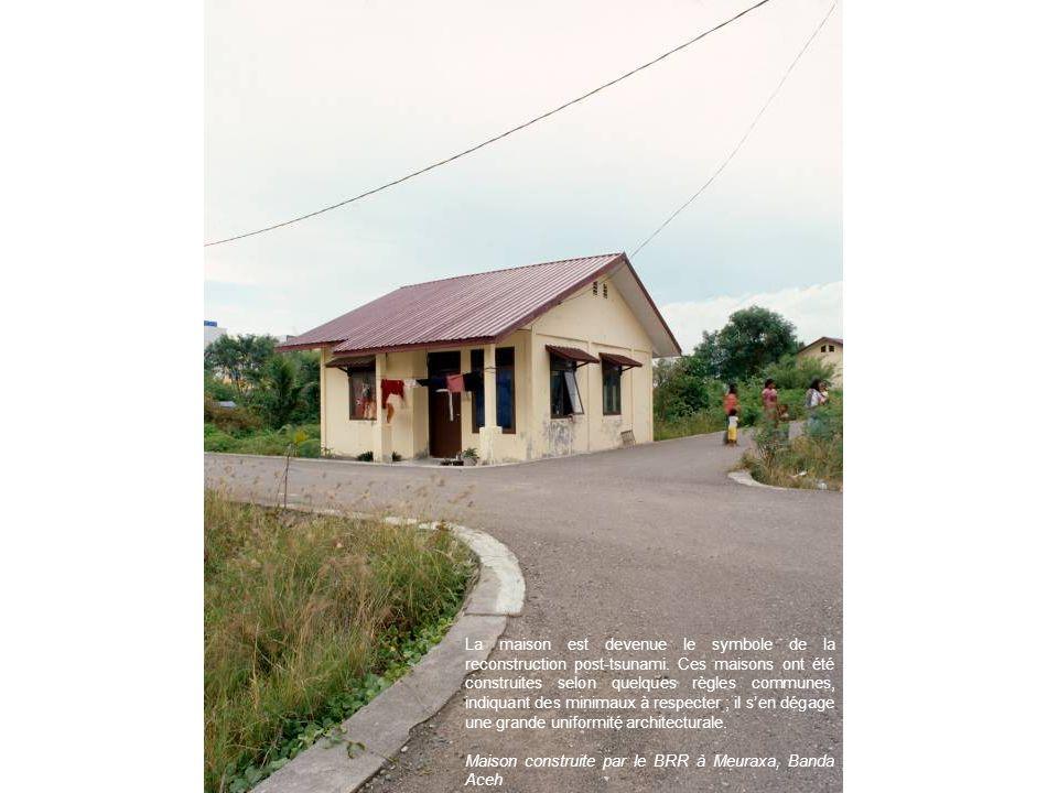 La maison est devenue le symbole de la reconstruction post-tsunami. Ces maisons ont été construites selon quelques règles communes, indiquant des mini