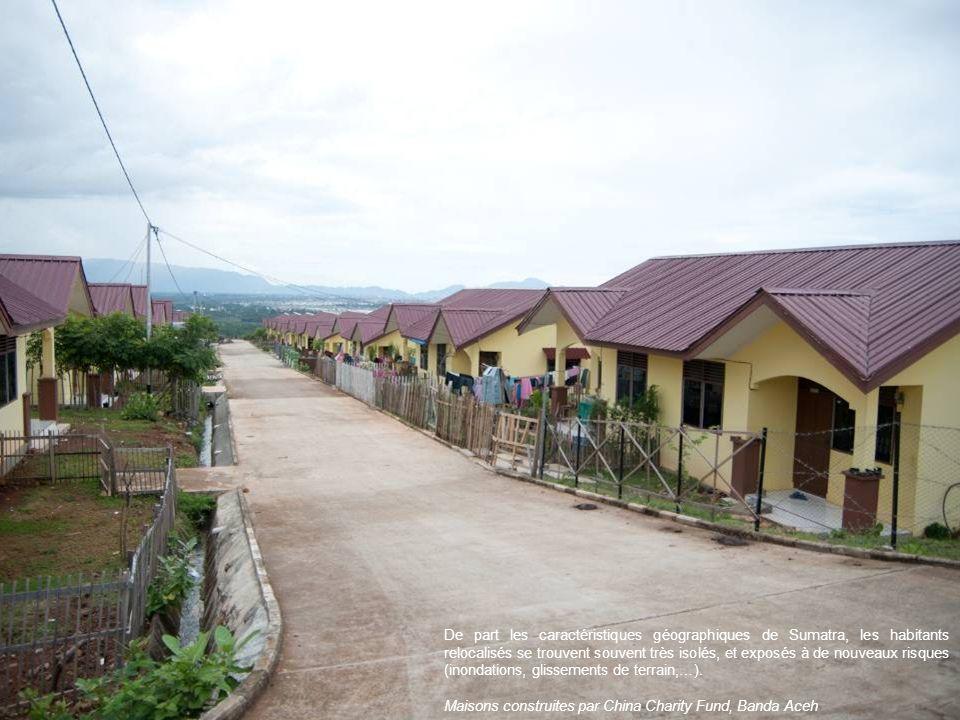 De part les caractéristiques géographiques de Sumatra, les habitants relocalisés se trouvent souvent très isolés, et exposés à de nouveaux risques (in