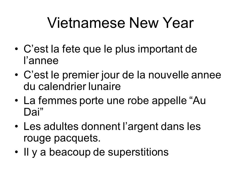 Vietnamese New Year Cest la fete que le plus important de lannee Cest le premier jour de la nouvelle annee du calendrier lunaire La femmes porte une robe appelle Au Dai Les adultes donnent largent dans les rouge pacquets.